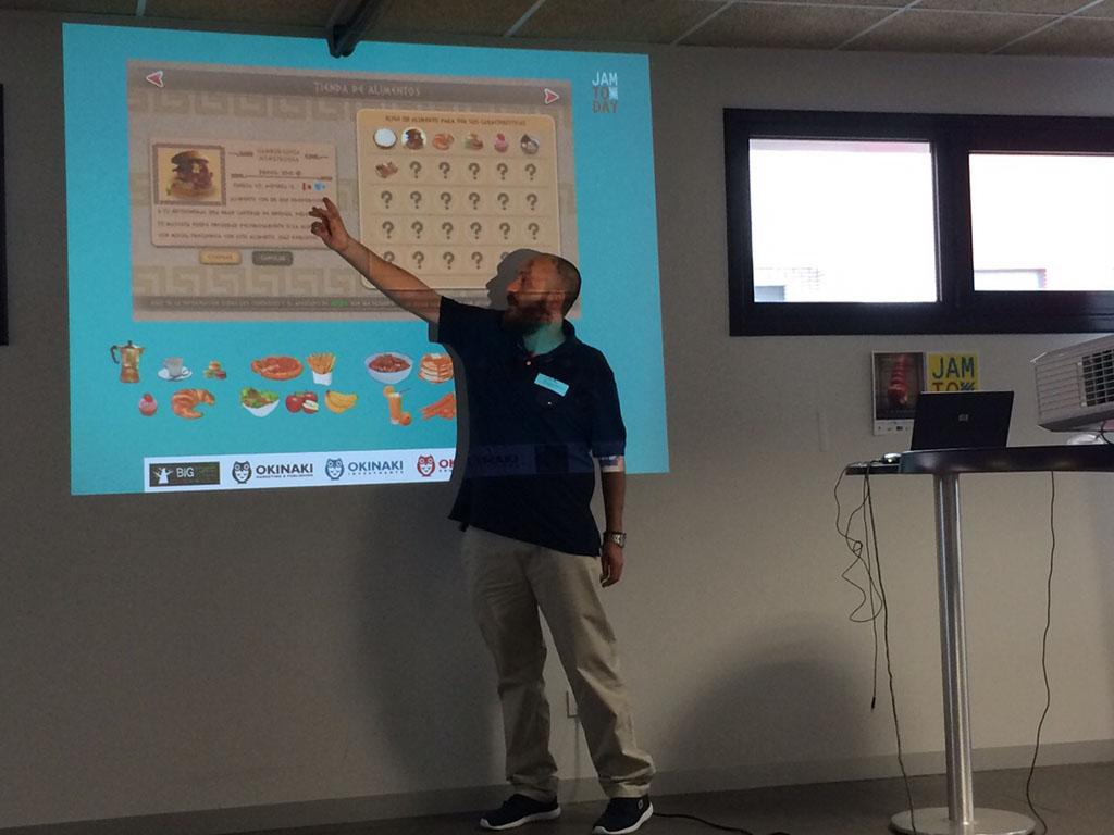 Jorge Sánchez, en la charla sobre diseño y desarrollo de videojuegos. En estos momentos hablando sobre Mythonimals: Health Guardian.